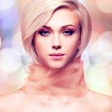 De mooie jonge vrouw met het roze stof stellen bij studio creeert  royalty-vrije stock foto's