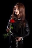 De mooie jonge vrouw met kettingen en een rood namen toe royalty-vrije stock afbeeldingen