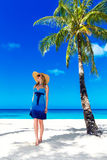 De mooie jonge vrouw met lang blond haar ontspant onder de pa Royalty-vrije Stock Fotografie