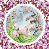De mooie jonge vrouw met lang groen haar bewaart een babyvogel die van het nest tegen de lentebomen in bloesem is gevallen stock illustratie