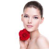 De mooie jonge vrouw met rood nam toe Royalty-vrije Stock Afbeelding