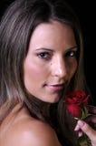 De mooie jonge vrouw met rood nam toe Royalty-vrije Stock Foto