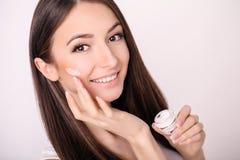 De mooie jonge vrouw met schone verse huid raakt haar gezicht Fac Royalty-vrije Stock Foto