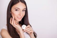 De mooie jonge vrouw met schone verse huid raakt haar gezicht Fac Stock Afbeelding