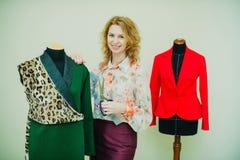 De mooie jonge vrouw naait ontwerperlaag De laag van de luipaarddruk en groen royalty-vrije stock afbeeldingen