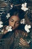De mooie jonge vrouw ontspant in kuuroordconcept stock afbeeldingen