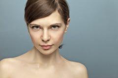 De mooie jonge vrouw ontsproot in studio geen make-up. royalty-vrije stock foto's