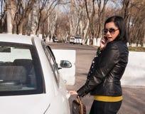 Jonge vrouw met cellphone Royalty-vrije Stock Afbeeldingen