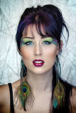 De mooie jonge vrouw in pauw inspireerde make-up Stock Afbeelding