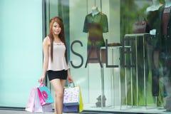 De mooie jonge vrouw toont een extatische uitdrukking terwijl het houden Stock Fotografie