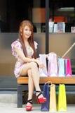 De mooie jonge vrouw toont een extatische uitdrukking terwijl het houden Stock Foto's