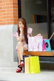 De mooie jonge vrouw toont een extatische uitdrukking terwijl het houden Stock Foto