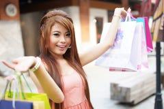 De mooie jonge vrouw toont een extatische uitdrukking terwijl het houden Royalty-vrije Stock Foto's