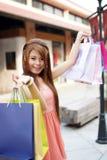 De mooie jonge vrouw toont een extatische uitdrukking terwijl het houden Royalty-vrije Stock Afbeelding
