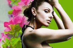 De mooie jonge vrouw van het portret in bloemen Stock Foto's