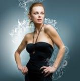 De mooie jonge vrouw van het portret op zwarte backgrou Stock Foto's