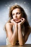 De mooie jonge vrouw van het portret in studio Stock Afbeelding