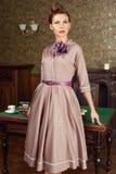 De mooie jonge vrouw van Pin Up in uitstekend binnenland Royalty-vrije Stock Foto