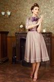 De mooie jonge vrouw van Pin Up in uitstekend binnenland Royalty-vrije Stock Afbeelding