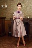 De mooie jonge vrouw van Pin Up in uitstekend binnenland Stock Fotografie