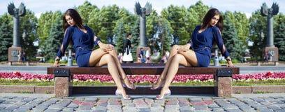 De mooie jonge vrouw zit op een bank Royalty-vrije Stock Foto's