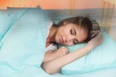De mooie jonge vrouwenslaap en ziet een droom over perfecte verhouding met een vriend royalty-vrije stock foto's