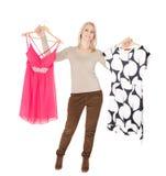 De mooie jongelui woomen het kiezen van te dragen kleding Royalty-vrije Stock Afbeelding