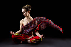 De mooie kalme vrouw mediteert in lotusbloempositie Stock Afbeelding