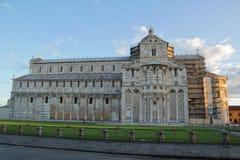 De mooie Kathedraal van Pisa in de zonsopgang met blauwe hemel en wolk royalty-vrije stock foto