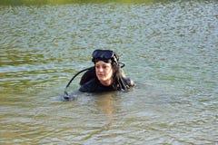 De mooie Kaukasische duikervrouw in het water Stock Fotografie