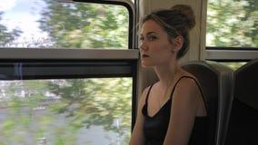 De mooie Kaukasische vrouwelijke toeristenritten door Parijs op een metro en kijkt uit het venster In het venster kunt u stock footage