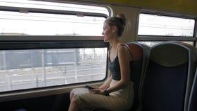 De mooie Kaukasische vrouwelijke toeristenritten door Parijs op een metro en kijkt uit het venster In het venster kunt u stock video