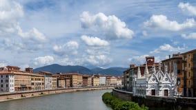 De mooie Kerk van Santa Maria della Spina en de rivier Arno in Pisa, Toscanië, Italië stock foto's