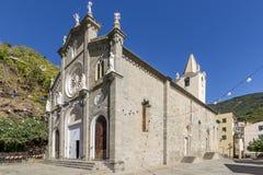 De mooie Kerk van St John Doopsgezind tegen de blauwe hemel, Riomaggiore, Cinque Terre, Ligurië, Italië royalty-vrije stock afbeeldingen