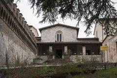 De mooie Kerk van St Severino in de Italiaanse middeleeuwse historische kleine stad van Spello stock afbeelding