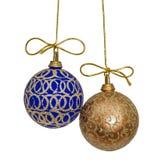 De mooie Kerstmisballen worden opgeschort op een gouden draad, isolat Stock Afbeeldingen