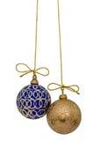 De mooie Kerstmisballen worden opgeschort op een gouden draad, isolat Stock Foto
