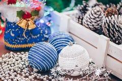 De mooie Kerstmisjuwelen liggen op een lijst in een wit houten vakje Decoratie van het huis door Kerstmis royalty-vrije stock foto's