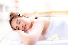 De mooie klantenvrouw gebruikt hete steen voor het masseren van haar bedelaars royalty-vrije stock fotografie