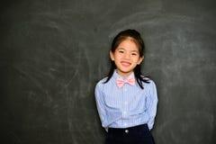 De mooie kleding van het meisjejonge geitje omhoog als schoolleraar stock foto