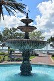 De mooie kleine fontein van de stadsv.s. brengt een beetje van koelte aan het hete weer van de zomer royalty-vrije stock foto