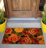 De mooie Kleurrijke deurmat van Rose Flower Printed Welcome zute buiten huis met gele bloemen en bladeren stock fotografie