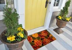De mooie Kleurrijke deurmat van Rose Flower Printed Welcome zute buiten huis met gele bloemen en bladeren stock foto's