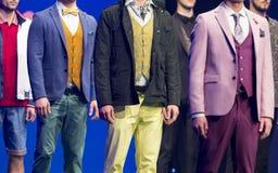 De mooie kleurrijke kostuums van de modeshowbaan royalty-vrije stock afbeelding