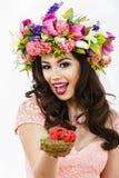 De mooie kleurrijke paaseieren van donkerbruine vrouwenaanbiedingen Royalty-vrije Stock Foto