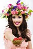 De mooie kleurrijke paaseieren van donkerbruine vrouwenaanbiedingen Royalty-vrije Stock Afbeeldingen