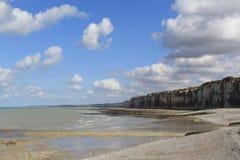 De mooie klippenkust met eb en een blauwe hemel met wolken in Normandië royalty-vrije stock afbeeldingen