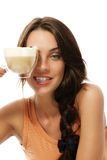 De mooie kop van de vrouwenholding met cappuccino'skoffie Stock Afbeelding
