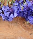 De mooie korenbloem op houten achtergrond Stock Foto's