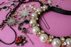 De mooie kostbare glanzende reeks van juwelen in betoverende juwelen, halsband, oorringen, ringen, kettingen, broches met parels royalty-vrije stock fotografie